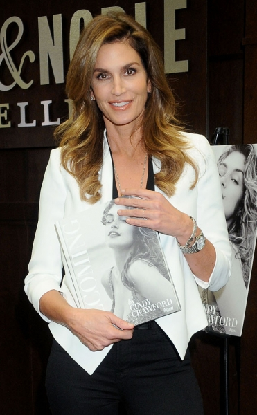rs_634x1024-151016095757-634.Cindy-Crawford-Book-Signing-LA-JR-101615.jpg